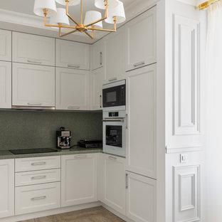 Стильный дизайн: п-образная кухня в классическом стиле с фасадами с утопленной филенкой, белыми фасадами, зеленым фартуком, белой техникой, бежевым полом и зеленой столешницей без острова - последний тренд