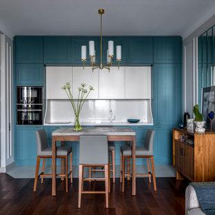 Idéer för mellanstora vintage linjära vitt kök med öppen planlösning, med en undermonterad diskho, turkosa skåp, bänkskiva i kvarts, vitt stänkskydd, integrerade vitvaror, klinkergolv i porslin, vitt golv, skåp i shakerstil och stänkskydd i sten