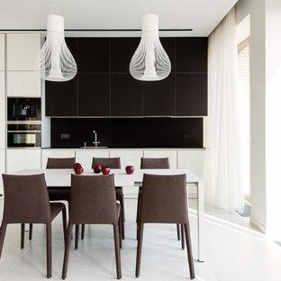 Неиссякаемый источник вдохновения для домашнего уюта: прямая кухня-гостиная в современном стиле с плоскими фасадами, белыми фасадами, черным фартуком, черной техникой, белым полом и черной столешницей без острова