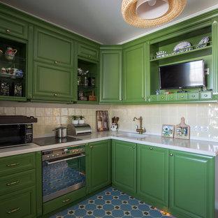Exempel på ett avskilt modernt vit vitt l-kök, med en enkel diskho, luckor med upphöjd panel, gröna skåp, beige stänkskydd, rostfria vitvaror och blått golv