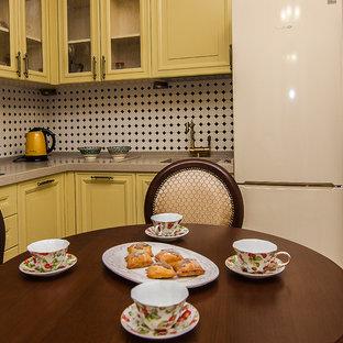 モスクワの小さいトランジショナルスタイルのおしゃれなキッチン (一体型シンク、人工大理石カウンター、白いキッチンパネル、磁器タイルのキッチンパネル、シルバーの調理設備の、セラミックタイルの床、グレーの床) の写真