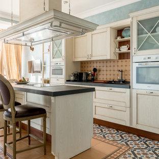 Idee per una cucina lineare classica chiusa con ante in stile shaker, ante bianche, paraspruzzi beige, elettrodomestici bianchi, isola, pavimento multicolore e top nero