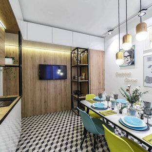 Свежая идея для дизайна: угловая кухня в современном стиле с обеденным столом, врезной раковиной, белыми фасадами, коричневым фартуком, разноцветным полом и коричневой столешницей без острова - отличное фото интерьера