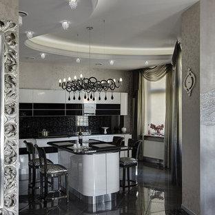 Новые идеи обустройства дома: большая угловая кухня в современном стиле с плоскими фасадами, столешницей из гранита, черным фартуком, полом из керамогранита, островом и серым полом