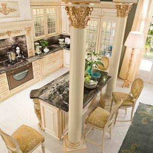 モスクワの巨大なヴィクトリアン調のおしゃれなキッチン (アンダーカウンターシンク、レイズドパネル扉のキャビネット、白いキャビネット、大理石カウンター、黒いキッチンパネル、石スラブのキッチンパネル、黒い調理設備、無垢フローリング) の写真