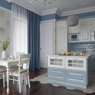 Удачное сочетание для дизайна помещения: линейная кухня среднего размера в стиле современная классика с обеденным столом, накладной раковиной, фасадами с выступающей филенкой, столешницей из кварцевого композита, синим фартуком, фартуком из плитки кабанчик, темным паркетным полом, островом, коричневым полом и синими фасадами - самое интересное для вас