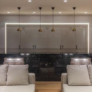 Идея дизайна: параллельная кухня-гостиная в современном стиле с плоскими фасадами, светлым паркетным полом, островом, бежевыми фасадами и бежевым фартуком
