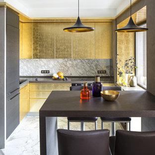 Источник вдохновения для домашнего уюта: угловая кухня-гостиная в современном стиле с плоскими фасадами, черной техникой, белым фартуком и белым полом без острова
