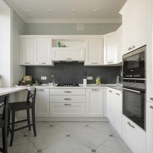 Inspiration för avskilda klassiska l-kök, med vita skåp, luckor med profilerade fronter, svart stänkskydd, svarta vitvaror och flerfärgat golv