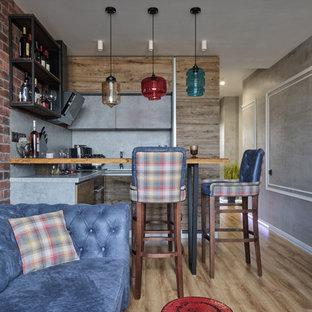 モスクワの小さいインダストリアルスタイルのおしゃれなキッチン (アンダーカウンターシンク、フラットパネル扉のキャビネット、中間色木目調キャビネット、コンクリートカウンター、グレーのキッチンパネル、黒い調理設備、ラミネートの床、アイランドなし、ベージュの床、グレーのキッチンカウンター) の写真