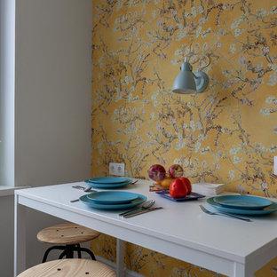Minimalistisk inredning av ett avskilt, litet svart linjärt svart kök, med en undermonterad diskho, skåp i shakerstil, vita skåp, laminatbänkskiva, vitt stänkskydd, stänkskydd i keramik, klinkergolv i porslin och beiget golv