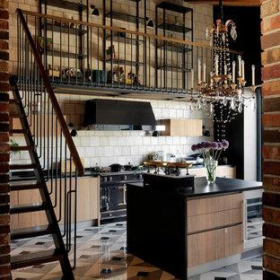 Неиссякаемый источник вдохновения для домашнего уюта: линейная кухня - столовая среднего размера в стиле лофт с мраморным полом, разноцветным полом, плоскими фасадами, белым фартуком, черной техникой, островом, черной столешницей и фасадами цвета светлого дерева