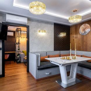 На фото: кухня в стиле лофт с коричневым полом и многоуровневым потолком