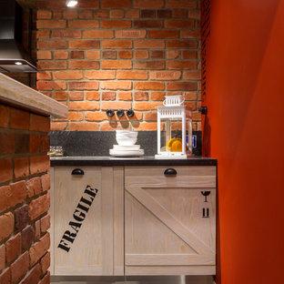 サンクトペテルブルクの中サイズのインダストリアルスタイルのおしゃれなキッチン (ラミネートカウンター、黒いキッチンパネル、リノリウムの床、落し込みパネル扉のキャビネット、淡色木目調キャビネット) の写真