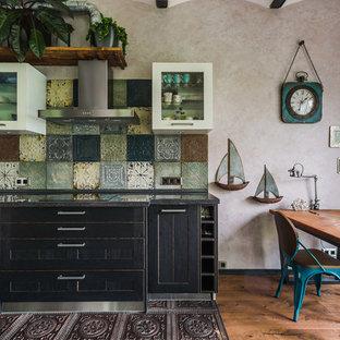 モスクワの大きいインダストリアルスタイルのおしゃれなキッチン (一体型シンク、シェーカースタイル扉のキャビネット、クオーツストーンカウンター、マルチカラーのキッチンパネル、メタルタイルのキッチンパネル、濃色無垢フローリング、アイランドなし、黒いキッチンカウンター、黒いキャビネット、茶色い床) の写真