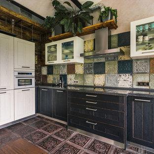 Стильный дизайн: большая угловая кухня в стиле лофт с врезной раковиной, фасадами в стиле шейкер, черными фасадами, разноцветным фартуком, коричневым полом и серой столешницей без острова - последний тренд