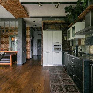 モスクワの広いインダストリアルスタイルのおしゃれなキッチン (一体型シンク、シェーカースタイル扉のキャビネット、クオーツストーンカウンター、マルチカラーのキッチンパネル、メタルタイルのキッチンパネル、濃色無垢フローリング、アイランドなし、黒いキッチンカウンター、黒いキャビネット、白い調理設備、茶色い床) の写真