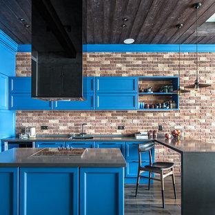 Неиссякаемый источник вдохновения для домашнего уюта: п-образная кухня-гостиная в стиле лофт с столешницей из кварцита, островом, врезной раковиной, фасадами с утопленной филенкой, синими фасадами, фартуком из кирпича, темным паркетным полом, серой столешницей и коричневым фартуком
