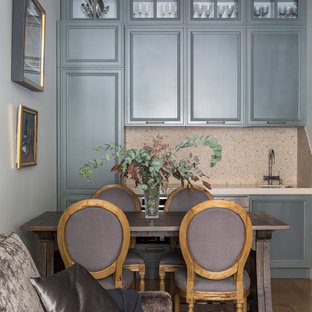 Стильный дизайн: прямая кухня-гостиная в стиле современная классика с врезной раковиной, серыми фасадами, бежевым фартуком, фартуком из плитки мозаики, техникой из нержавеющей стали, паркетным полом среднего тона и коричневым полом без острова - последний тренд