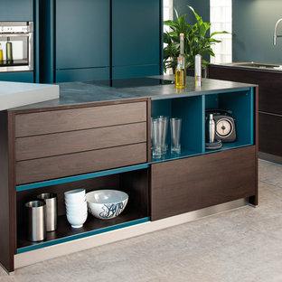 Inredning av ett modernt kök, med en undermonterad diskho, släta luckor, skåp i mörkt trä, bänkskiva i kvarts, blått stänkskydd, rostfria vitvaror, heltäckningsmatta och flera köksöar