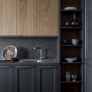 Idéer för mellanstora funkis linjära grått kök med öppen planlösning, med en enkel diskho, luckor med infälld panel, grå skåp, laminatbänkskiva, grått stänkskydd, rostfria vitvaror, vinylgolv och gult golv