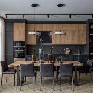 Ispirazione per una cucina contemporanea di medie dimensioni con lavello a vasca singola, ante con riquadro incassato, ante grigie, top in laminato, paraspruzzi grigio, elettrodomestici in acciaio inossidabile, pavimento in vinile, nessuna isola, top grigio e pavimento beige