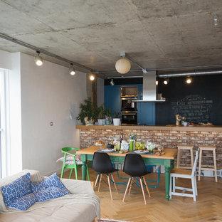 Zweizeilige, Mittelgroße Industrial Küche mit Arbeitsplatte aus Holz, Küchenrückwand in Schwarz, hellem Holzboden und Halbinsel in Sonstige