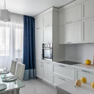 Неиссякаемый источник вдохновения для домашнего уюта: отдельная, угловая кухня в современном стиле с врезной раковиной, фасадами в стиле шейкер, белыми фасадами, белым фартуком, техникой из нержавеющей стали, серым полом и белой столешницей без острова
