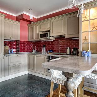 Пример оригинального дизайна: п-образная кухня в стиле неоклассика (современная классика) с фасадами с выступающей филенкой, полуостровом, серым полом и серой столешницей