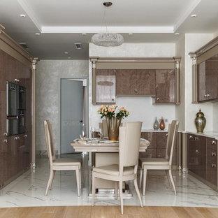 Новый формат декора квартиры: угловая кухня-гостиная в стиле современная классика с монолитной раковиной, плоскими фасадами, фасадами цвета дерева среднего тона, белым фартуком и белым полом без острова