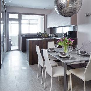 Стильный дизайн: п-образная кухня в современном стиле с полуостровом и серым полом - последний тренд