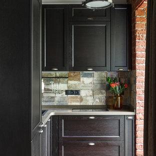 На фото: угловая кухня-гостиная в стиле лофт с накладной раковиной, фасадами с утопленной филенкой, черными фасадами и разноцветным фартуком без острова с