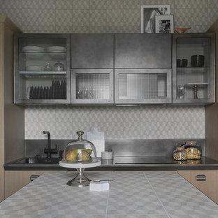 Свежая идея для дизайна: кухня в стиле лофт с плоскими фасадами, фартуком из керамической плитки, полом из керамогранита, накладной раковиной, светлыми деревянными фасадами, столешницей из плитки, серым фартуком, черной техникой, островом и серой столешницей - отличное фото интерьера