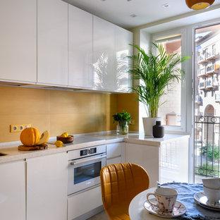 モスクワの小さいコンテンポラリースタイルのおしゃれなキッチン (アンダーカウンターシンク、白いキャビネット、人工大理石カウンター、黄色いキッチンパネル、白い調理設備、磁器タイルの床、アイランドなし、グレーの床、フラットパネル扉のキャビネット、白いキッチンカウンター) の写真