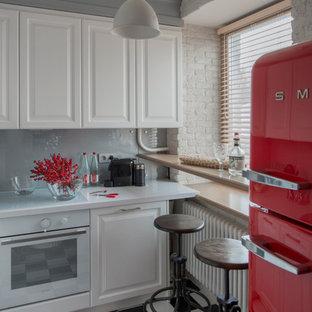 Удачное сочетание для дизайна помещения: кухня в стиле фьюжн с фасадами с выступающей филенкой, белыми фасадами, серым фартуком и белой техникой без острова - самое интересное для вас