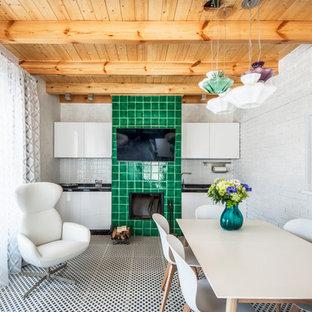 Неиссякаемый источник вдохновения для домашнего уюта: прямая кухня в современном стиле с полом из керамической плитки, разноцветным полом, накладной раковиной, плоскими фасадами, белыми фасадами, белым фартуком и черной столешницей без острова