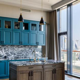 Пример оригинального дизайна: кухня в современном стиле с фасадами в стиле шейкер, бирюзовыми фасадами, разноцветным фартуком, фартуком из каменной плиты, паркетным полом среднего тона, островом, разноцветной столешницей и многоуровневым потолком