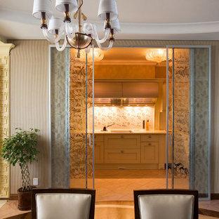 モスクワの小さいトランジショナルスタイルのおしゃれなキッチン (アンダーカウンターシンク、落し込みパネル扉のキャビネット、黄色いキャビネット、人工大理石カウンター、ベージュキッチンパネル、セラミックタイルのキッチンパネル、パネルと同色の調理設備、磁器タイルの床、アイランドなし、ピンクの床) の写真