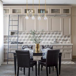 Идея дизайна: прямая кухня в стиле современная классика с обеденным столом, темным паркетным полом, фасадами с утопленной филенкой, бежевыми фасадами, бежевым фартуком, серым полом и белой столешницей