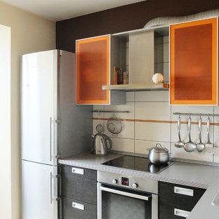 Modern inredning av ett litet kök, med släta luckor, orange skåp, laminatbänkskiva, vitt stänkskydd, stänkskydd i keramik, rostfria vitvaror och klinkergolv i keramik