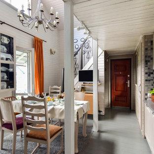 Пример оригинального дизайна интерьера: линейная кухня в стиле кантри с обеденным столом, накладной раковиной, фасадами с выступающей филенкой, бежевыми фасадами, серым фартуком, фартуком из плитки мозаики и деревянным полом без острова