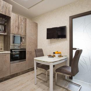 サンクトペテルブルクの小さいコンテンポラリースタイルのおしゃれなキッチン (ドロップインシンク、フラットパネル扉のキャビネット、茶色いキャビネット、タイルカウンター、ベージュキッチンパネル、大理石のキッチンパネル、シルバーの調理設備、ラミネートの床、アイランドなし、白い床、グレーのキッチンカウンター) の写真
