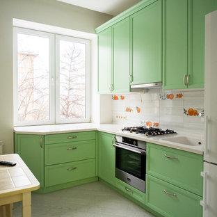 Неиссякаемый источник вдохновения для домашнего уюта: маленькая отдельная, угловая кухня в современном стиле с монолитной раковиной, фасадами с утопленной филенкой, зелеными фасадами, столешницей из акрилового камня, фартуком из удлиненной плитки, техникой из нержавеющей стали, полом из керамогранита, серым полом и белым фартуком без острова