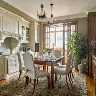 Imagen de cocina lineal, clásica, sin isla, con puertas de armario blancas, salpicadero verde, salpicadero de azulejos de cerámica y suelo de madera oscura