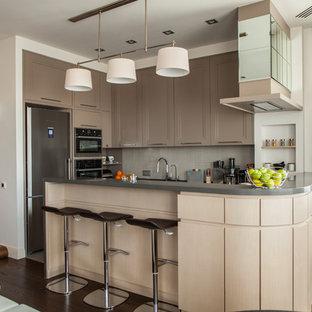 Неиссякаемый источник вдохновения для домашнего уюта: п-образная кухня-гостиная в современном стиле с фасадами с утопленной филенкой, бежевыми фасадами, серым фартуком, техникой из нержавеющей стали и полуостровом