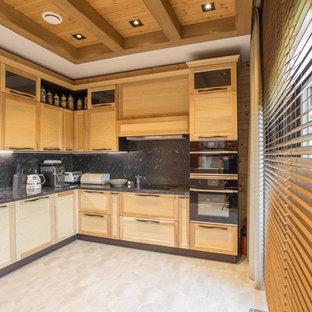 Стильный дизайн: отдельная, угловая кухня среднего размера в скандинавском стиле с накладной раковиной, фасадами с выступающей филенкой, светлыми деревянными фасадами, столешницей из кварцевого агломерата, черным фартуком, черной техникой, полом из керамической плитки, бежевым полом и черной столешницей - последний тренд