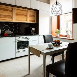 Ispirazione per una cucina contemporanea di medie dimensioni con lavello da incasso, ante con riquadro incassato, ante in legno scuro, top in marmo, paraspruzzi nero, elettrodomestici bianchi, pavimento in gres porcellanato, pavimento beige, top nero e paraspruzzi in perlinato