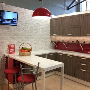 サンクトペテルブルクの中サイズのインダストリアルスタイルのおしゃれなキッチン (アンダーカウンターシンク、レイズドパネル扉のキャビネット、中間色木目調キャビネット、赤いキッチンパネル、白い調理設備、セラミックタイルの床、アイランドなし、ベージュの床、白いキッチンカウンター) の写真