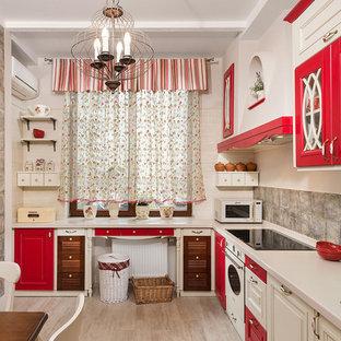 Foto di una cucina mediterranea di medie dimensioni con lavello integrato, ante a filo, ante rosse, top in superficie solida, paraspruzzi marrone, paraspruzzi con piastrelle in ceramica, elettrodomestici bianchi, parquet chiaro e nessuna isola