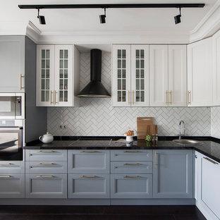 Удачное сочетание для дизайна помещения: угловая кухня в стиле современная классика с накладной раковиной, фасадами с утопленной филенкой, белым фартуком, техникой из нержавеющей стали, фартуком из плитки кабанчик и коричневым полом без острова - самое интересное для вас